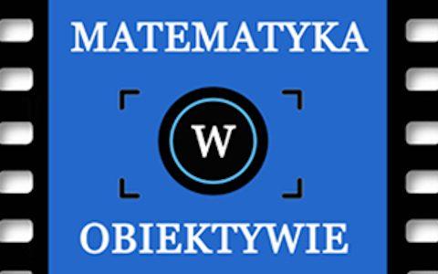 """Napis """"Matematyka w obiektywie"""" na niebieskim tle widziany poprzez wizjer aparatu fotograficznego. Całość umieszczona na klatce kliszy filmowej."""