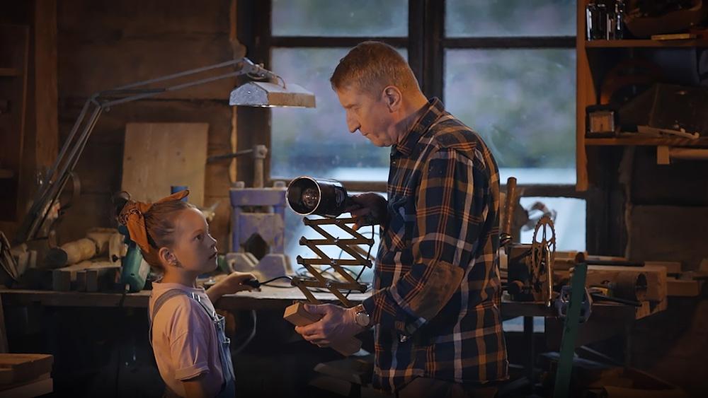 Dziecko z dziadkiem w warsztacie mechanicznym