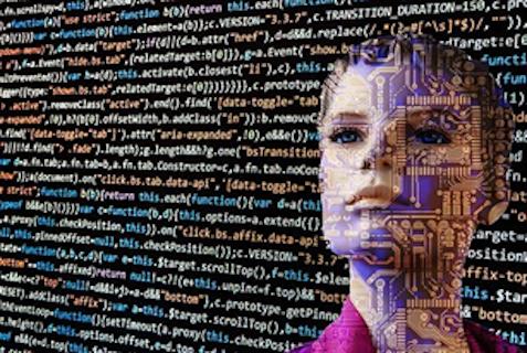 Twarz kobiety wpatrzona w kod programu komputerowego