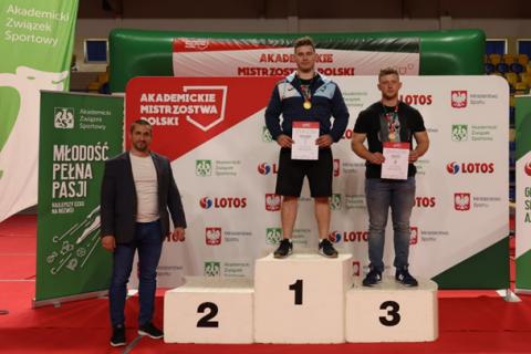 fotografia zawodnicy na podium
