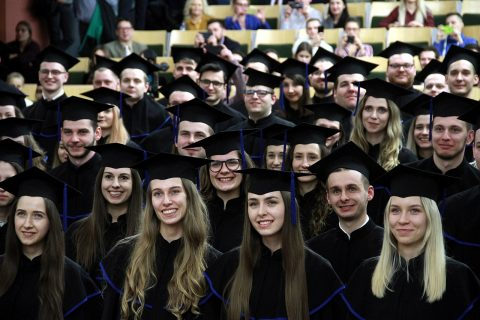 Grupa studentów w togach